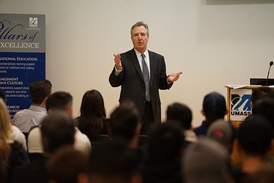 Alum Bill Cox talks to business students during a visit to campus