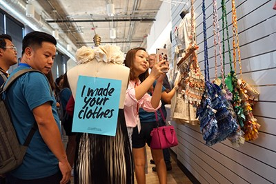 GE2 students check out displays at the Fabric Discovery Center