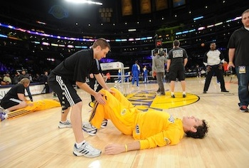 Tim DeFrancesco '06 works with an L.A. Lakers player before a game with the Golden State Warriors. (NBA Photos)