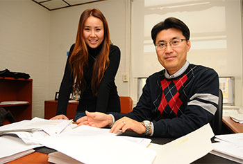 Manning School of Business Ph.D. student Jenna Tang has found strong support from faculty members like her adviser Asst. Prof. SangHyun Suh.