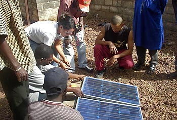 Carolina Barreto gave lectures about solar energy to local residents in Mali and helped them install photovoltaic panels on the roof of houses.