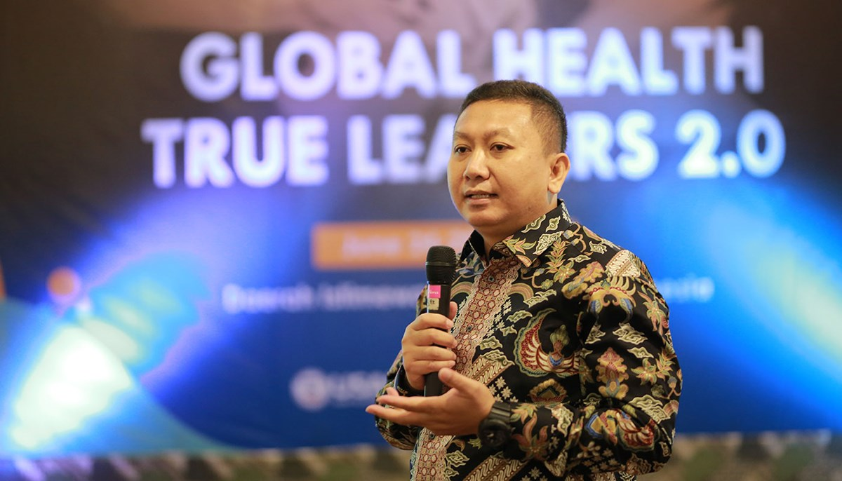 Superlan Lingga presents at a conference