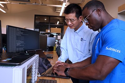 Prof. Xinwen Fu and his student in the lab